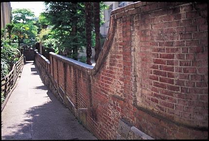 東高のれんが塀