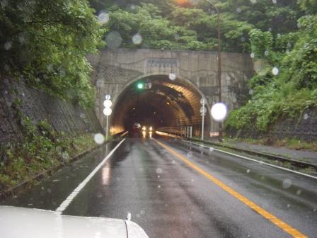 雪の山トンネル
