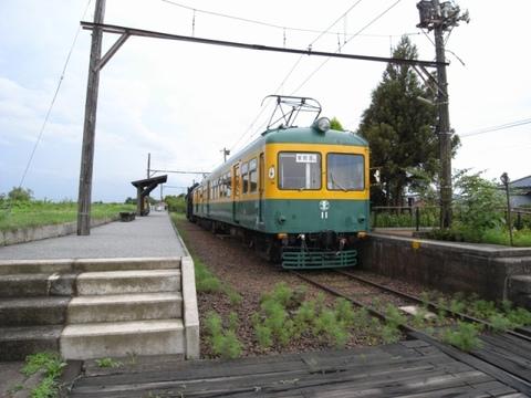 旧車両と月潟駅