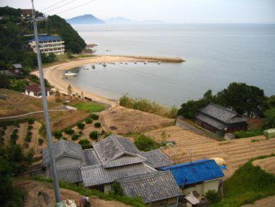 庵治町 民家と浜辺と段々畑