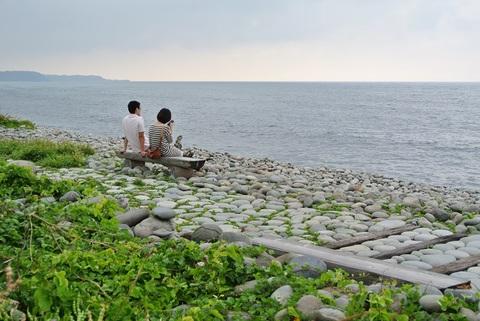 石が波にもまれて丸くなり、波打ち際でカラコロと音を奏でる珍しい海岸。