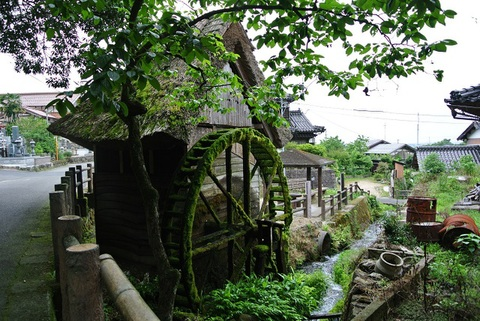 茅葺き屋根の水車小屋