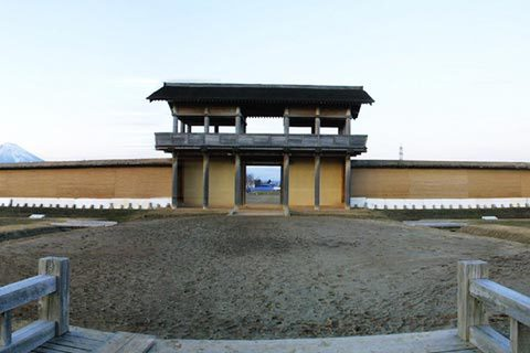 一辺が900mほどという巨大な城。その内250mほどが復元され、公園となっている。